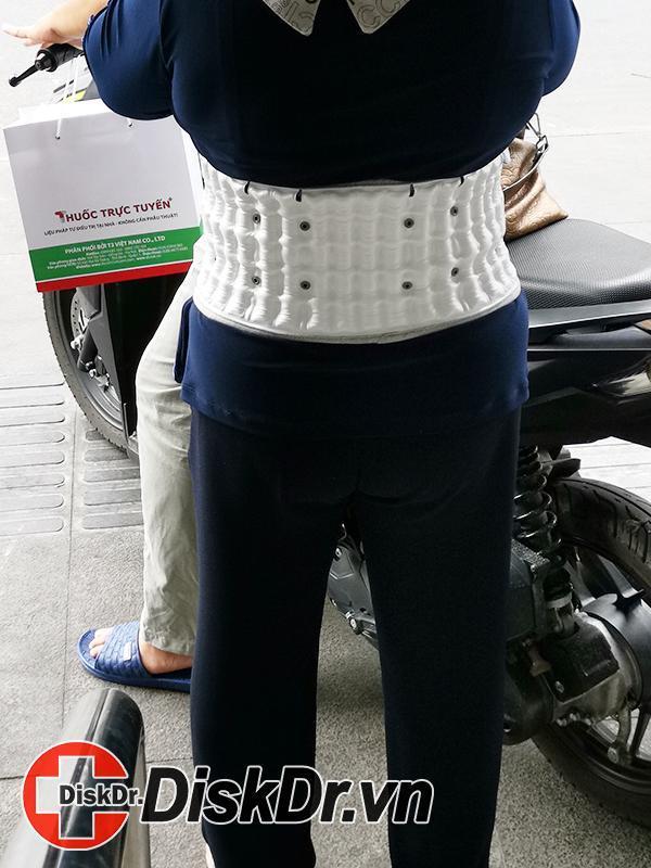 đeo đai kéo giãn cột sống DiskDr. khi đi ngoài đường