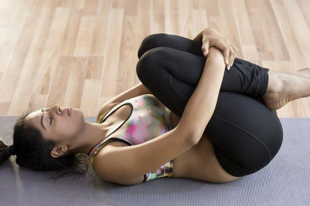 Bài tập khi nằm - Kéo đầu gối lên ngực