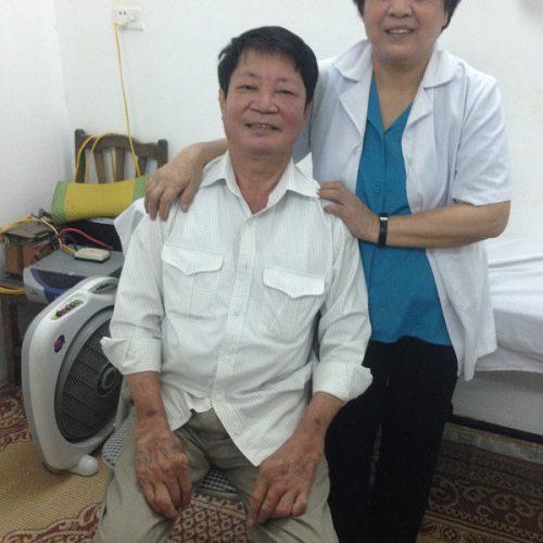 Lương y Đỗ Thị Tuyết Minh và bệnh nhân