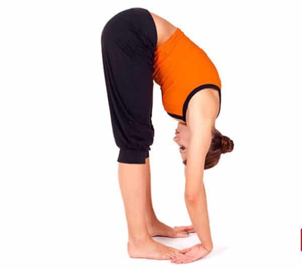 Người bị đau lưng không nên tập bài chạm ngón chân