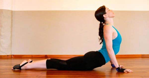 Điều trị đau lưng bằng bài tập tư thế rắn hổ mang