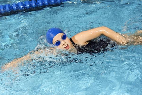 Điều trị đau lưng bằng bơi lội