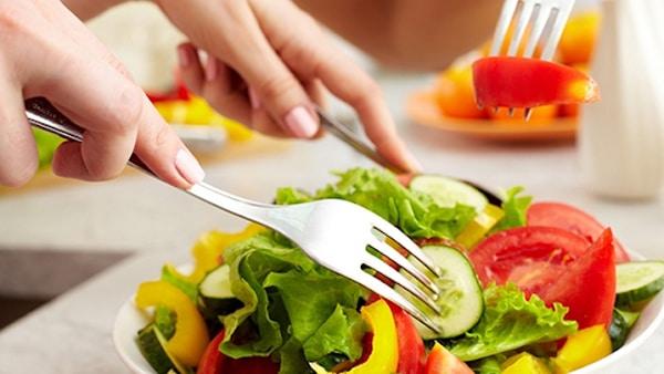 Chế độ ăn uống hợp lý giúp điều trị đau lưng