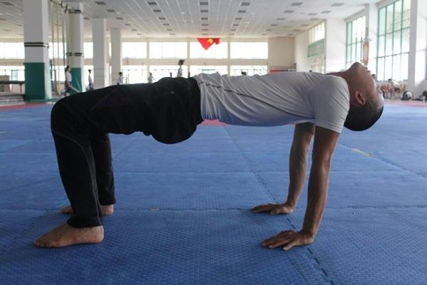 Tập tư thế cái bàn điều trị đau lưng