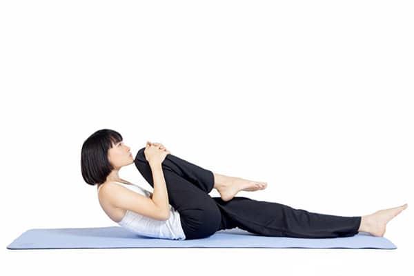 Bài tập gập gối giúp điều trị đau cột sống lưng