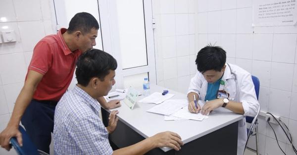 Bác sĩ tiến hành kê đơn và tư vấn hướng điều trị cho bệnh nhân