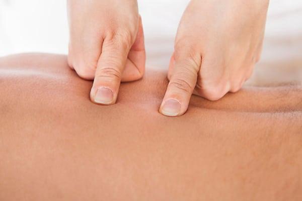 Xoa bóp bấm huyệt chữa đau lưng