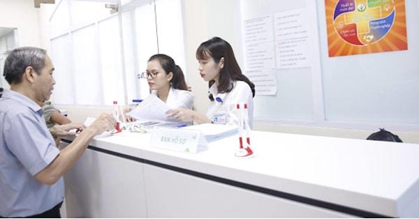 Bệnh nhân đăng ký và làm thủ tục khám chữa bệnh tại bệnh viện