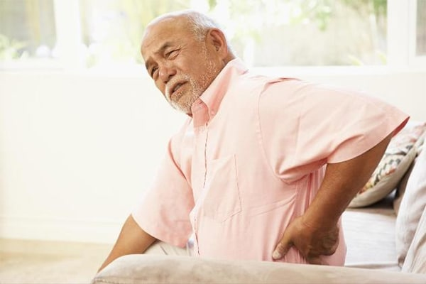 đau lưng ở người già ngày càng phổ biến