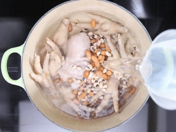 Chân gà và đậu phộng giúp đẩy lùi bệnh đau lưng