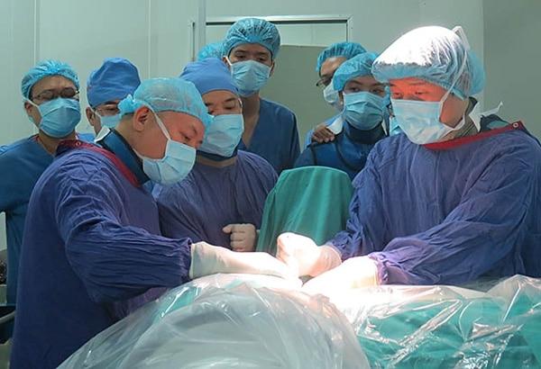 Các bác sĩ Bệnh viện Hữu nghị Việt - Đức tiến hành phẫu thuật nội soi cột sống cho bệnh nhân.