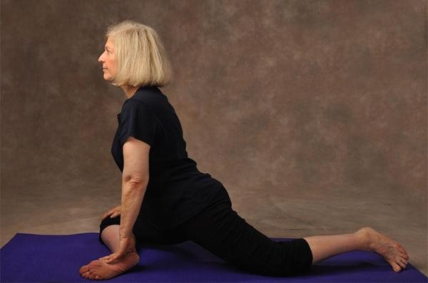 Tập yoga là một trong những cách điều trị đau lưng ở người già