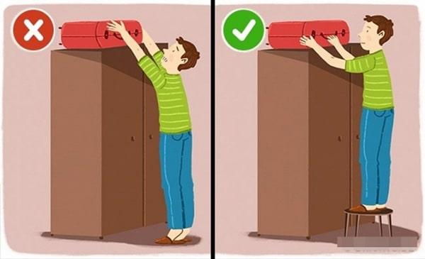 Dùng ghế để hỗ trợ lấy các vật nặng từ trên cao