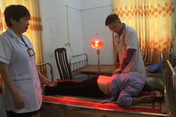 Sử dụng đèn chiếu hồng ngoại trong điều trị thoát vị đĩa đệm