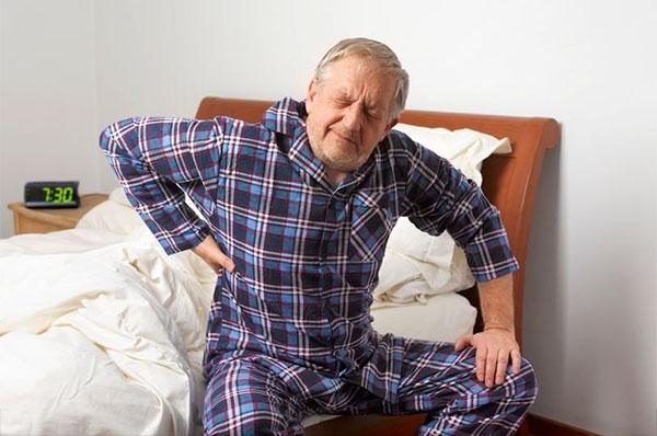 Thoát vị đĩa đệm ở người cao tuổi gây ra những cơn đau khó chịu