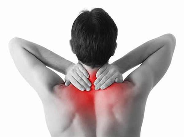Đau nhức tại vùng cổ là triệu chứng cơ bản nhất của bệnh thoát vị đĩa đệm cổ