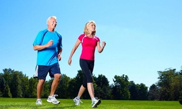 Người cao tuổi đi bộ tốt cho sức khỏe