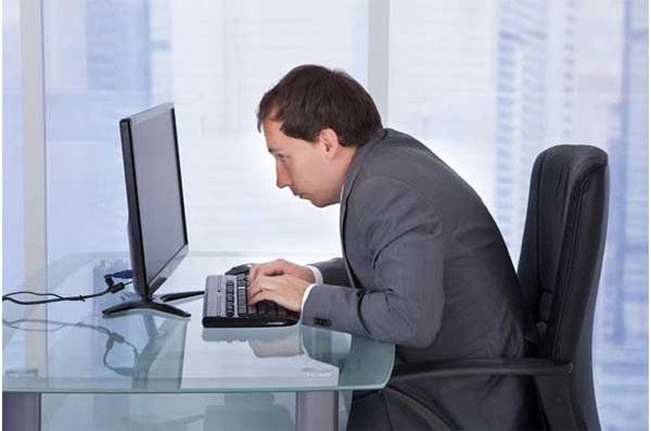 Ngồi làm việc không đúng tư thế là một trong những nguyên nhân hàng đầu dẫn đến thoát vị đĩa đệm
