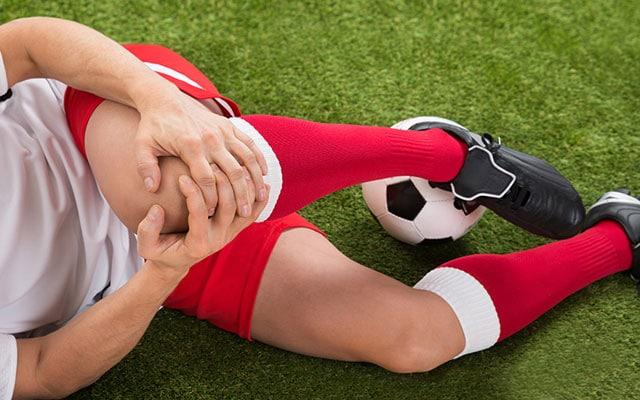 Những môn vận động mạnh như bóng đá dễ dẫn tới đứt dây chằng đầu gối
