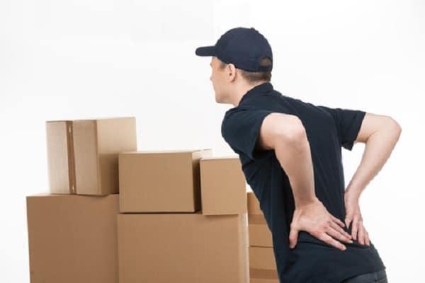 mang đồ vật nặng dễ gây đau lưng