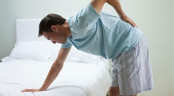 đau lưng là dấu hiệu của bệnh thoát vị đĩa đệm cột sống thắt lưng