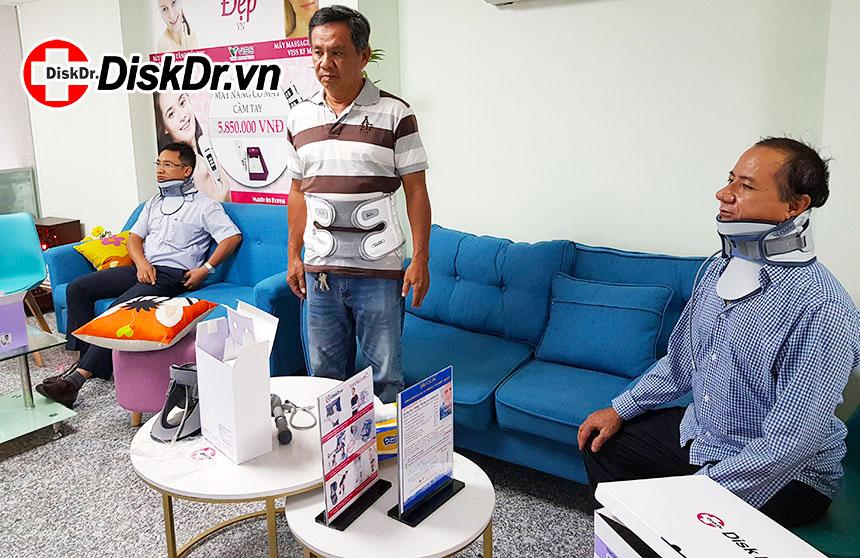 Hình ảnh khách hàng dùng đai kéo giãn cột sống DiskDr. tại cửa hàng