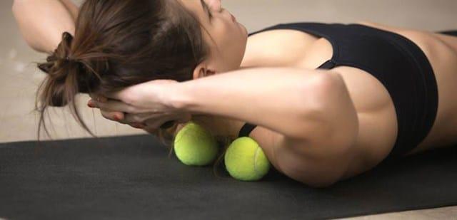 Massage lưng hiệu quả bằng bóng tennis