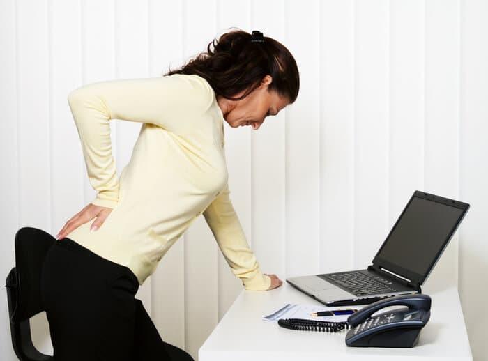 Đau lưng không cúi được là chứng bệnh thường gặp ở người lớn tuổi