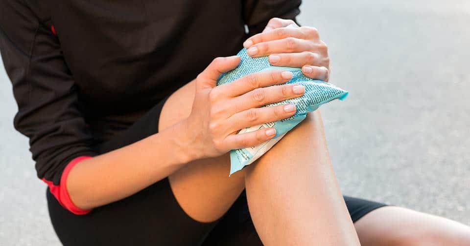 Chườm lạnh là giải pháp tức thời cho người bị đau khớp gối