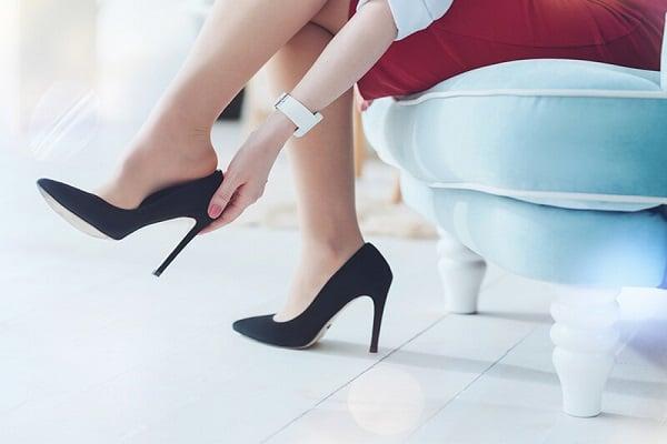Lạm dụng giày cao gót trong thời gian dài có thể khiến khớp gối bị tổn thương
