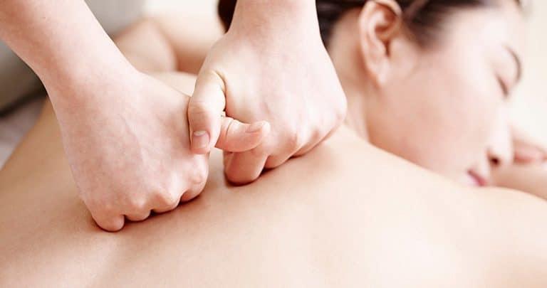 Lăn cơ lưng là một bước quan trọng trong cách đấm lưng hiệu quả