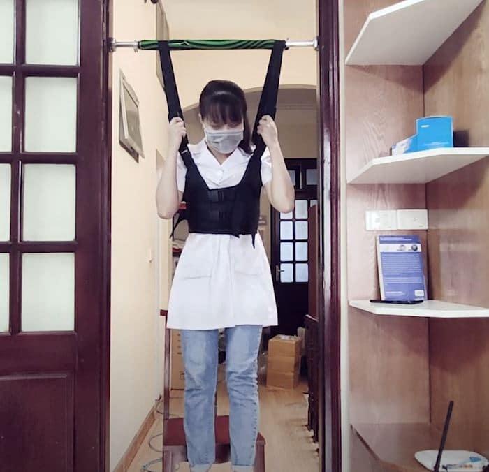 Đai treo sử dụng trọng lực để kéo giãn cột sống
