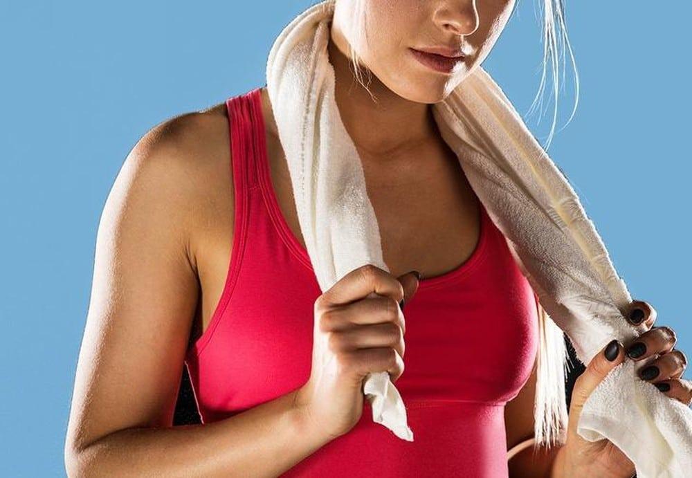 Massage giảm đau lưng hiệu quả bằng khăn nóng