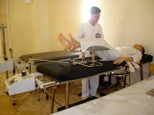 Phương pháp kéo giãn cột sống này bạn nên thực hiện dưới sự giám sát của bác sĩ vật lý trị liệu